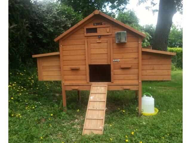 Poulailler sur pilotis pour 6 7 poules pratique et bien for Installer un poulailler dans son jardin